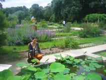 Jeune belle femme dans le Jardin des Plantes, Paris photo libre de droits