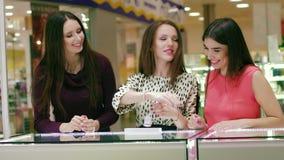 Jeune belle femme dans le magasin de bijoux demandant à son ami le conseil banque de vidéos