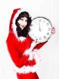 Jeune belle femme dans le manteau rouge tenant la grande horloge blanc au moment de l'exécution d'isolement par concept de fond Photographie stock libre de droits