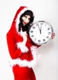 Jeune belle femme dans le manteau rouge tenant la grande horloge blanc au moment de l'exécution d'isolement par concept de fond Photo stock