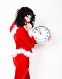 Jeune belle femme dans le manteau rouge tenant la grande horloge blanc au moment de l'exécution d'isolement par concept de fond Photo libre de droits