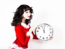 Jeune belle femme dans le manteau rouge tenant la grande horloge blanc au moment de l'exécution d'isolement par concept de fond Images libres de droits