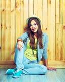 Jeune belle femme dans le style de la jeunesse de hippie se reposant sur un floo images stock