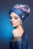 Jeune belle femme dans le turban photo stock