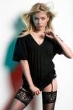Jeune belle femme dans les bas noirs sexy Image stock