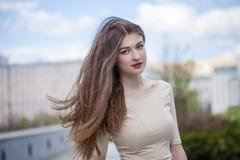 Jeune belle femme dans une robe beige Photographie stock