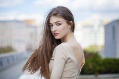 Jeune belle femme dans une robe beige Images libres de droits