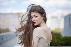 Jeune belle femme dans une robe beige Photo stock