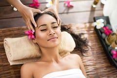 Jeune belle femme de Balinese recevant le massage principal Images stock