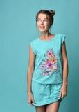 Jeune belle femme de brune posant en tissu moderne d'usage de sommeil Image stock