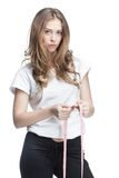 Jeune belle femme de brune tenant le mètre image stock