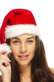 Jeune belle femme de brunette utilisant le chapeau de Santa Image libre de droits