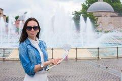 Jeune belle femme de déplacement avec la carte de la ville Photos libres de droits