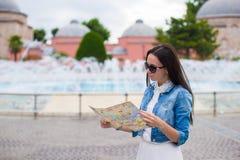 Jeune belle femme de déplacement avec la carte de la ville Image stock