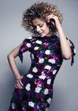 Jeune belle femme de danse Robe scintillante et cheveux bouclés volumineux photos stock