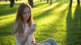 Jeune belle femme de hippie à l'aide du téléphone intelligent dans la ville banque de vidéos