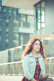Jeune belle femme de hippie avec les cheveux bouclés rouges Photo stock