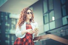Jeune belle femme de hippie avec les cheveux bouclés rouges Image stock
