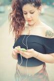Jeune belle femme de hippie avec les cheveux bouclés rouges Image libre de droits