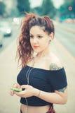 Jeune belle femme de hippie avec les cheveux bouclés rouges Photographie stock libre de droits