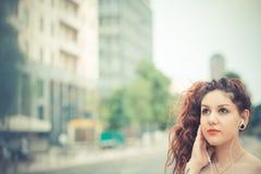 Jeune belle femme de hippie avec les cheveux bouclés rouges Images stock