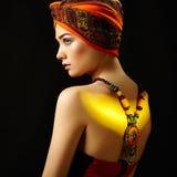 Jeune belle femme de portrait avec le collier images stock