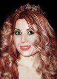 Jeune belle femme de rouge à lèvres de rose de couronne de Mlle Beauty de la Reine de fille Images stock