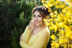 Jeune belle femme de sourire dans le bandeau de fleur sur la tête Image stock