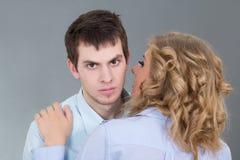 Jeune belle femme embrassant son ami Photo stock