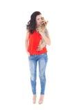 Jeune belle femme embrassant son terrier de Yorkshire de petit chien i Photographie stock