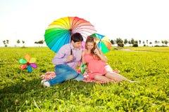 Jeune belle femme enceinte en bonne santé avec son mari et pluie Photos libres de droits