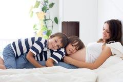 Jeune belle femme enceinte et son enfant doux, esprit de caresse Photos libres de droits