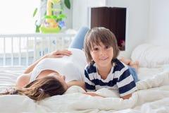 Jeune belle femme enceinte et son enfant doux, esprit de caresse Image libre de droits
