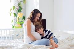 Jeune belle femme enceinte et son enfant doux, esprit de caresse Photographie stock