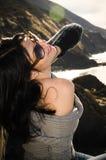 Jeune belle femme espiègle posant sur la Côte Pacifique photos libres de droits