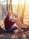 Jeune belle femme et son chien (cocker américain Photographie stock