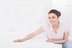 Jeune belle femme faisant le lit image libre de droits