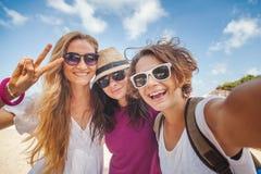 Jeune belle femme faisant le selfie sur la plage Amitié, fre Images stock