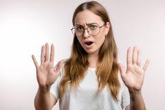 Jeune belle femme faisant le signe d'arrêt de main images libres de droits