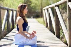 Jeune belle femme faisant le yoga en nature images libres de droits