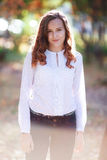 Jeune belle femme Fille de sourire d'adolescent de beauté en parc d'automne Photos libres de droits