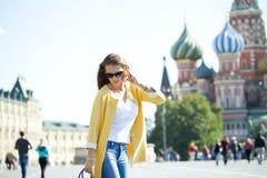 Jeune belle femme heureuse appelant par le téléphone à Moscou Images libres de droits