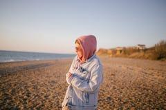 Jeune belle femme heureuse ayant le bon temps à la plage image stock