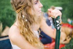 Jeune belle femme hippie de cheveux bouclés avec la guitare dehors Photographie stock libre de droits