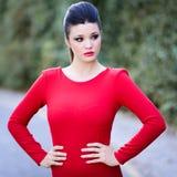 Jeune belle femme japonaise avec la robe rouge images stock
