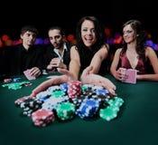Jeune belle femme jouant dans le casino Images stock