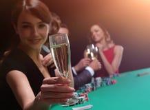 Jeune belle femme jouant dans le casino Photos stock