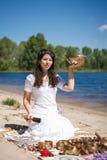 Jeune belle femme jouant la cuvette de chant de Tibétain en nature Images stock