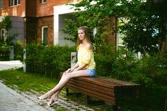 Jeune belle femme, jour ensoleillé d'été chaud Photo libre de droits