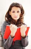 Jeune belle femme lisant un livre Photographie stock libre de droits